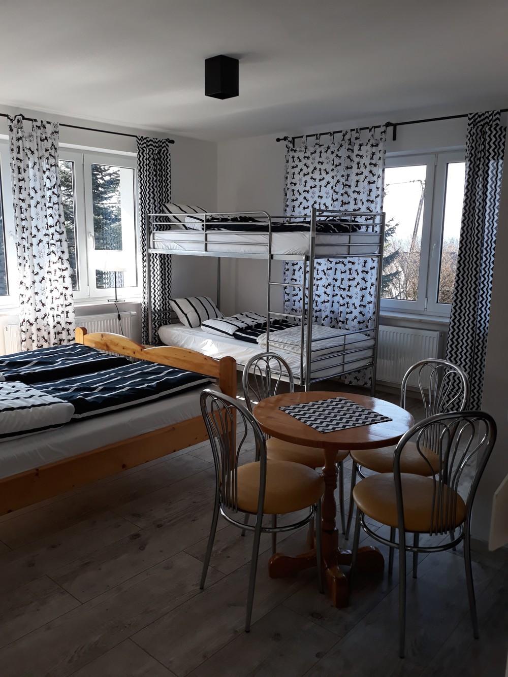 Pokój 4 osobowy z łazienka i balkonem.