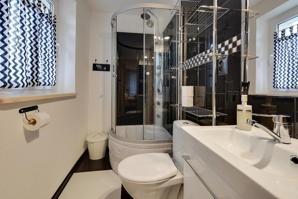 CZARNY KOT - łazienka pokoju 3 osobowego - parter.