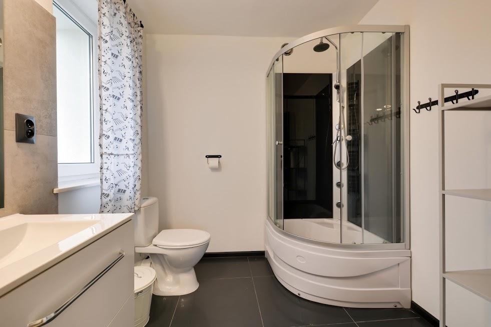 CZARNY KOT - łazienka pokoju 3 osobowego.