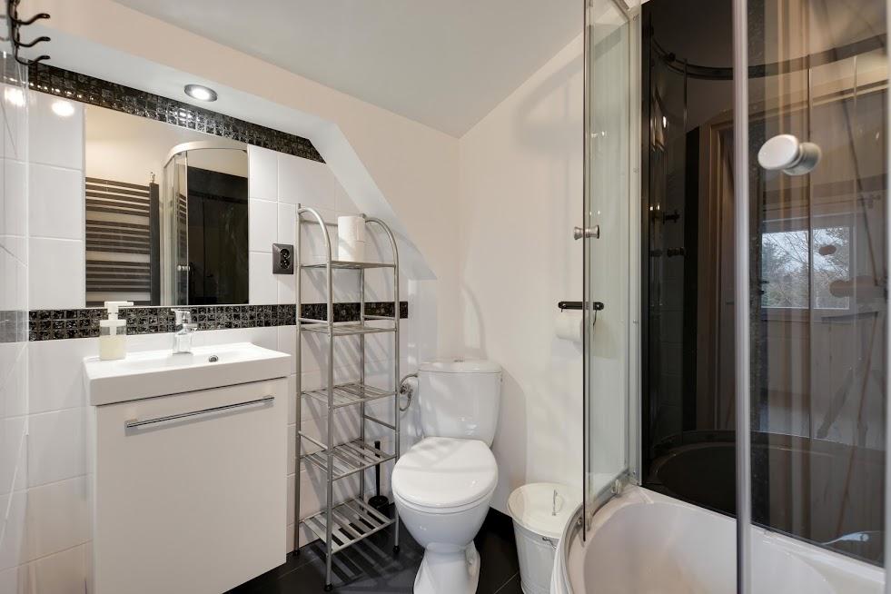 CZARNY KOT - poddasze - łazienka pokoju 4 osobowego.