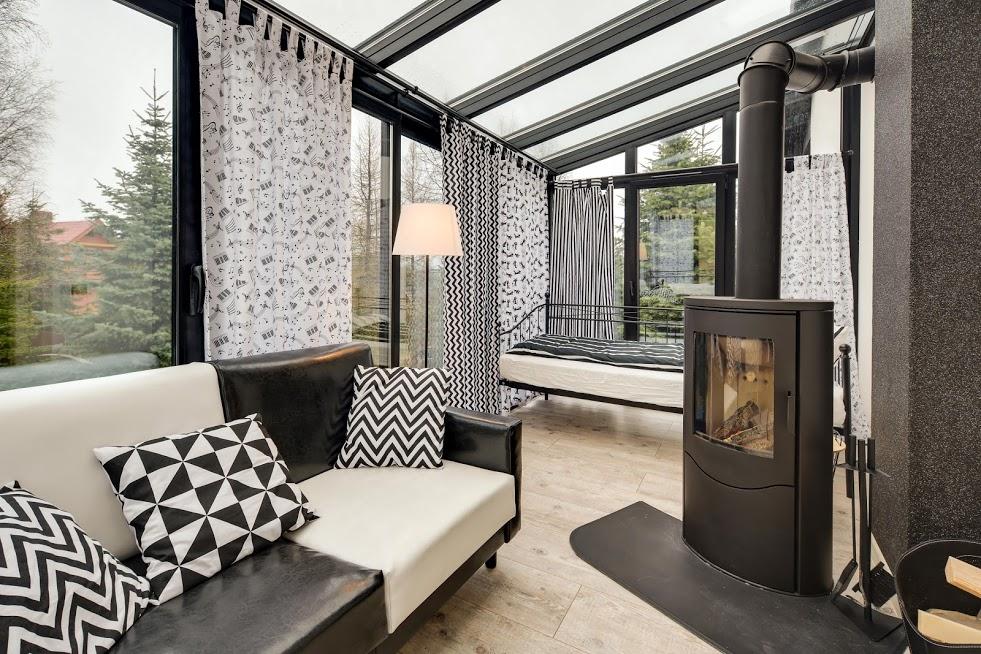 CZARNY KOT -salon apartamentu POD GWIAZDAMI urządzony w ogrodzie zimowym.