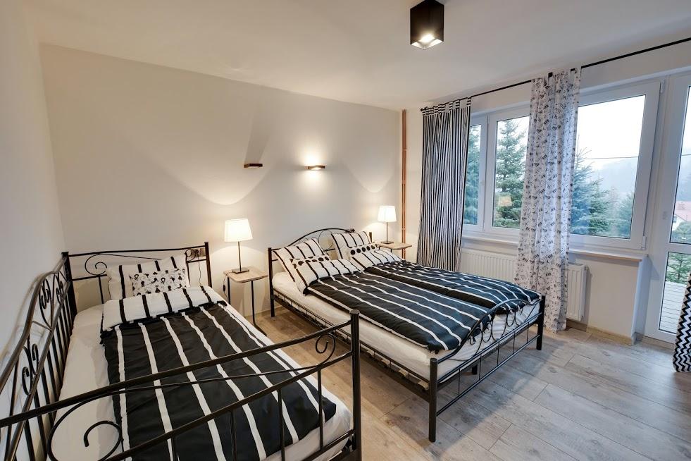 CZARNY KOT - sypialnia apartamentu POD GWIAZDAMI - z balkonem.